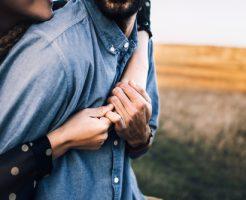 女の子 抱きしめる 夢占い