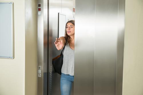夢占い 逃げる エレベーター ゾンビ