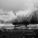 波に流されたりのまれる夢占いについて