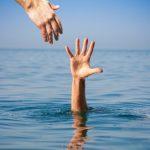 他人が溺れている夢と溺れている人を助ける夢占いについて