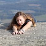 夢占いで落ちる場所、崖から空から階段からその意味は?