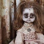 夢占いで人形が動くこと、襲ってくることに怖いと感じる夢とは