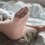 足を骨折する夢、足が動かない夢占いの意味とは?