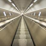 速いエレベーターやエスカレーターに乗っている夢の夢占いは何を暗示しているの?