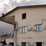 地震や竜巻から助かる夢についての夢占い