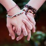 手をつなぐ夢・感触が残っている夢を見た時の夢占い