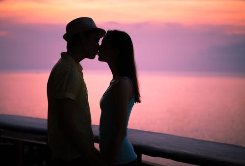 夢占い 知らない男性 キス 抱き合う