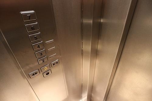 夢占い エレベーター 止まらない 閉じ込められる