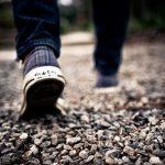 後ろ向きに歩く夢は夢占いでどんな意味を暗示しているの?