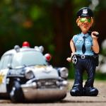 警察が家に来る夢、警察を呼ぶために電話する、警察に助けられる夢占いについて