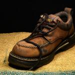 靴や皿を投げる夢占いの意味は?