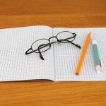 ペンをとり、文字を書く夢。夢占いではどんな意味が?