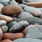 夢の中で石を食べる、吐くことの夢占いは?