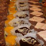ケーキやチョコレートを買う夢占いについて